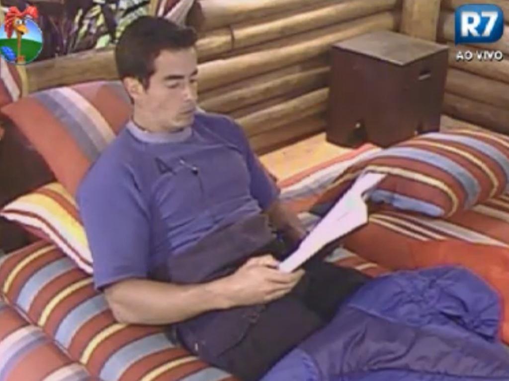 Felipe Folgosi se isola na casa da árvore para ler livro (15/8/12)