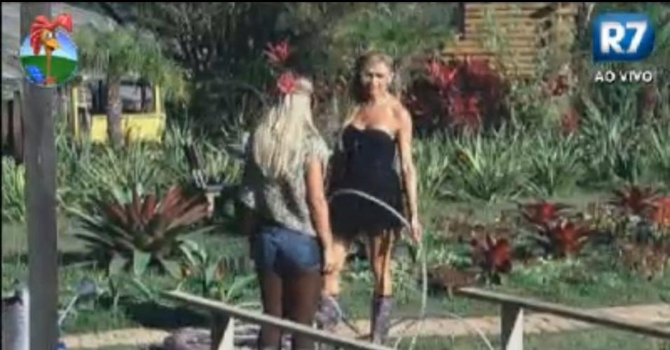Léo Áquilla e Robertha Portella regam a horta na manhã desta quarta-feira (15/8/12)