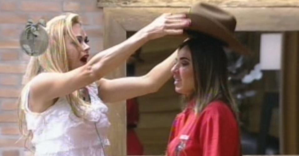 Léo Áquilla passa o chapéu do fazendeiro para Nicole Bahls (15/8/12)