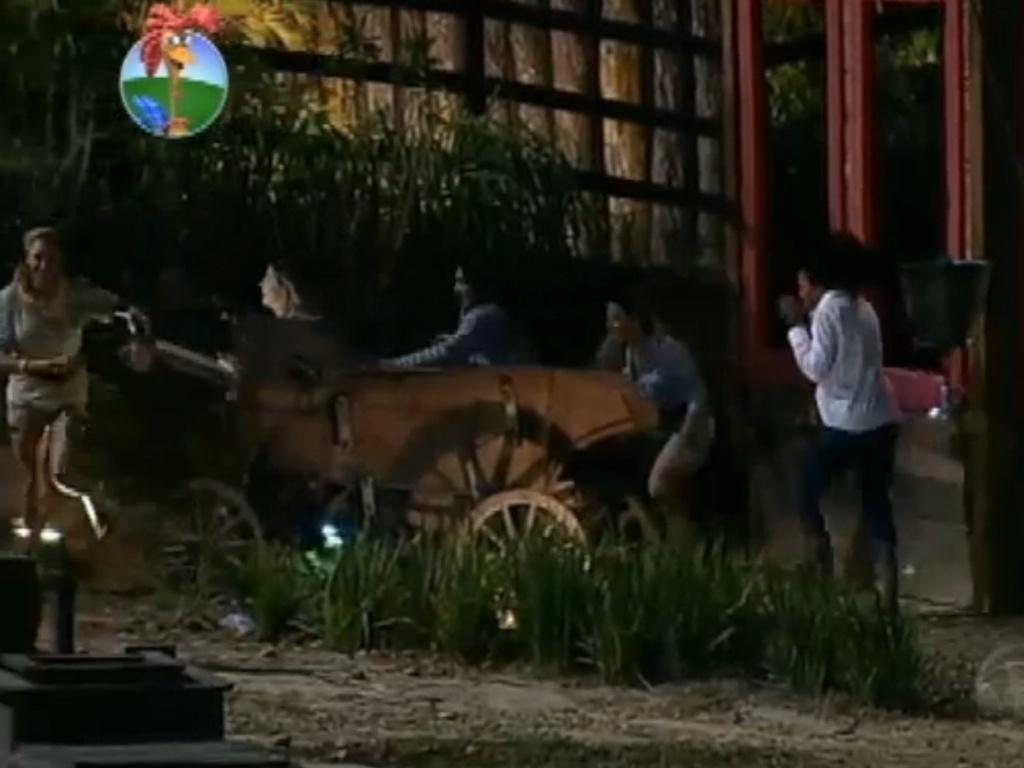 Léo Áquilla, Robertha Portella, Nicole Bahls, Viviane Araújo e Simone Sampaio fogem dos monstros (13/8/12)