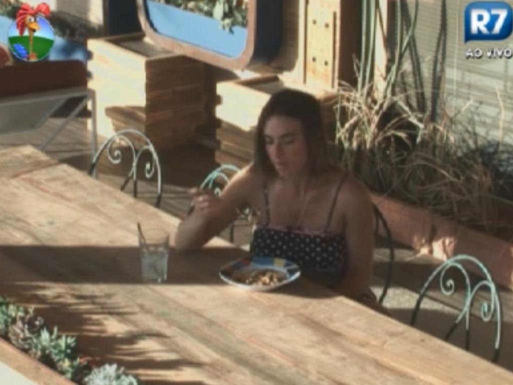 Nicole Bahls almoça sozinha na varanda da sede (15/8/12)
