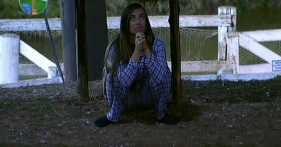 Nicole Bahls se esconde e reza durante invasão zumbi (13/8/12)
