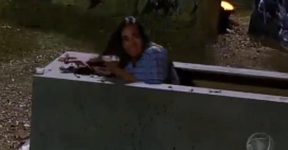 Para evitar os monstros, Nicole Bahls se esconde em um caixão (13/8/12)
