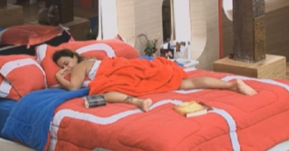 Viviane Araújo dorme esparramada na cama de casal da sede (15/8/12)
