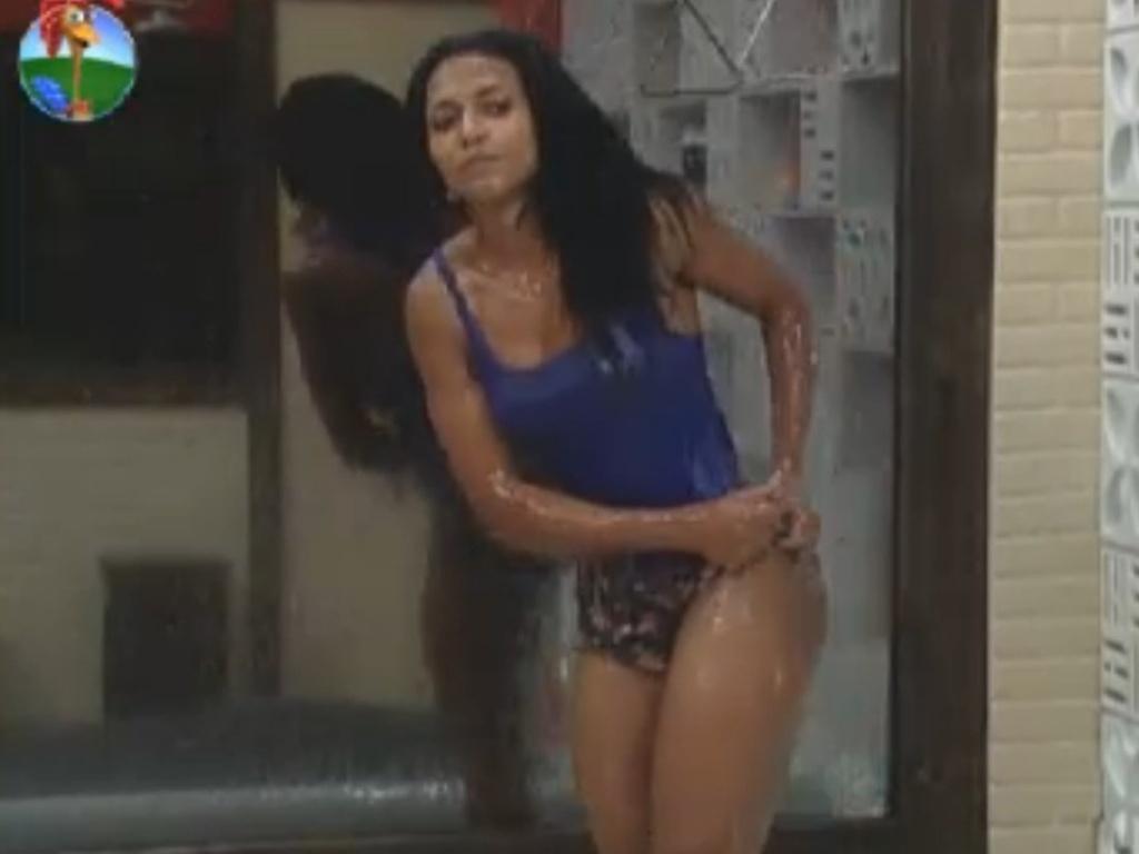 De blusa azul, Simone Sampaio toma banho (16/8/12)