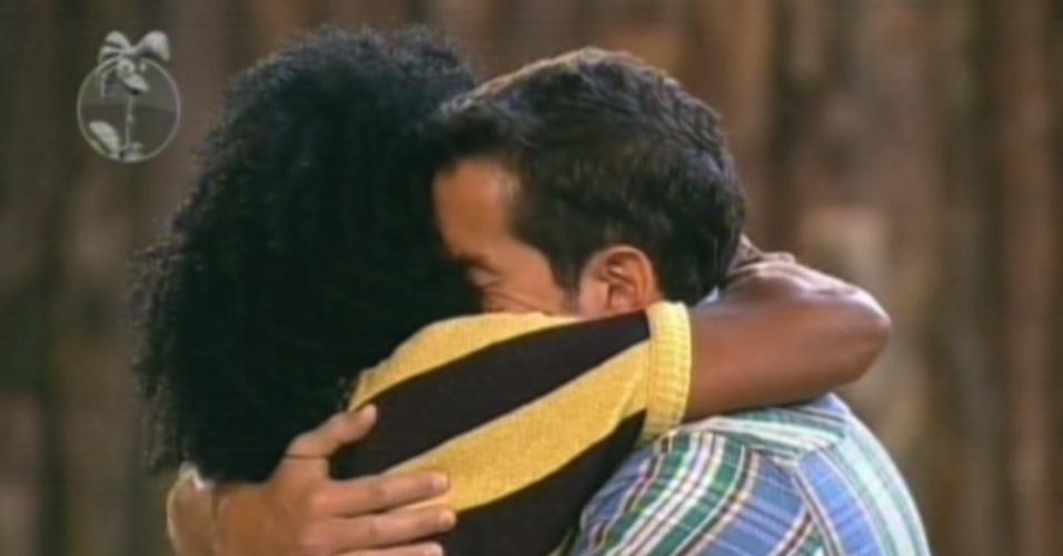 Felipe Folgosi abraça Simone Sampaio depois da eliminação da bailarina (16/8/12)