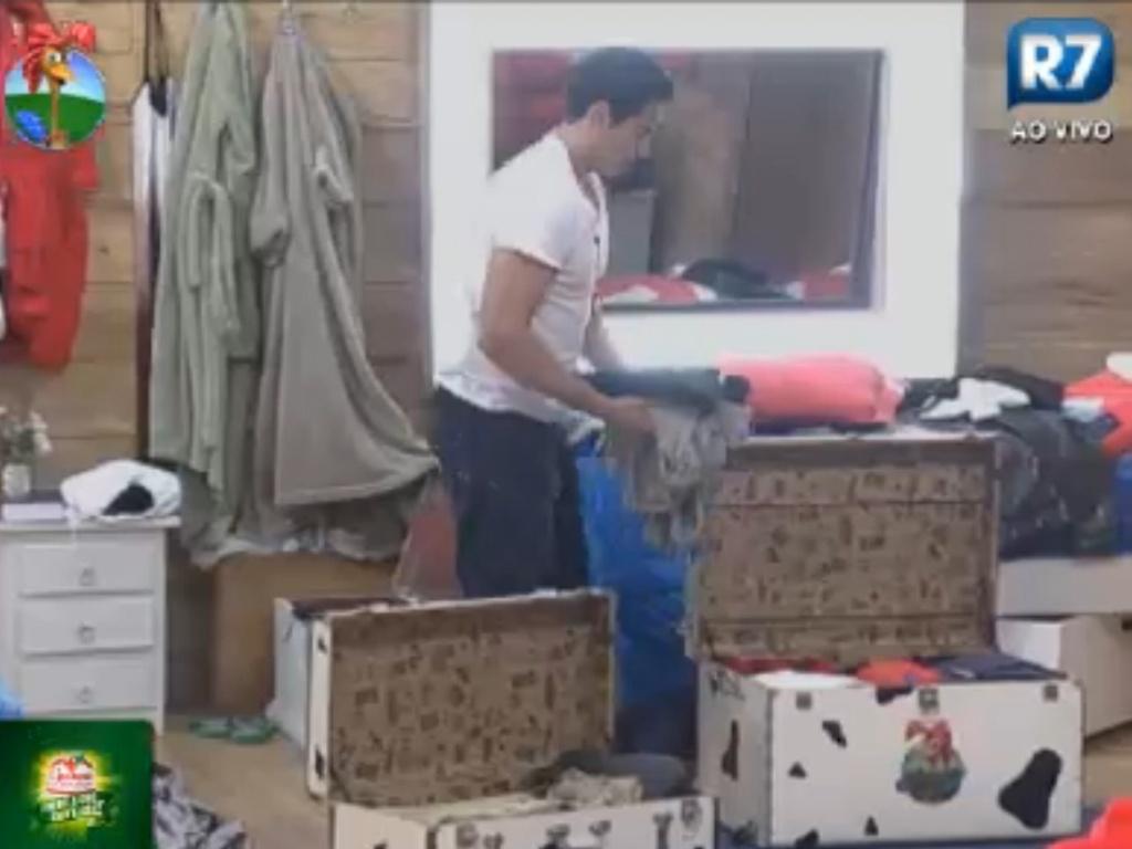 Felipe Folgosi arruma as malas antes do programa de eliminação desta quinta-feira (16/8/12)