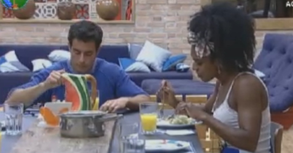 Indicados para a roça desta quinta, Felipe Folgosi e Simone Sampaio almoçam juntos (16/8/12)