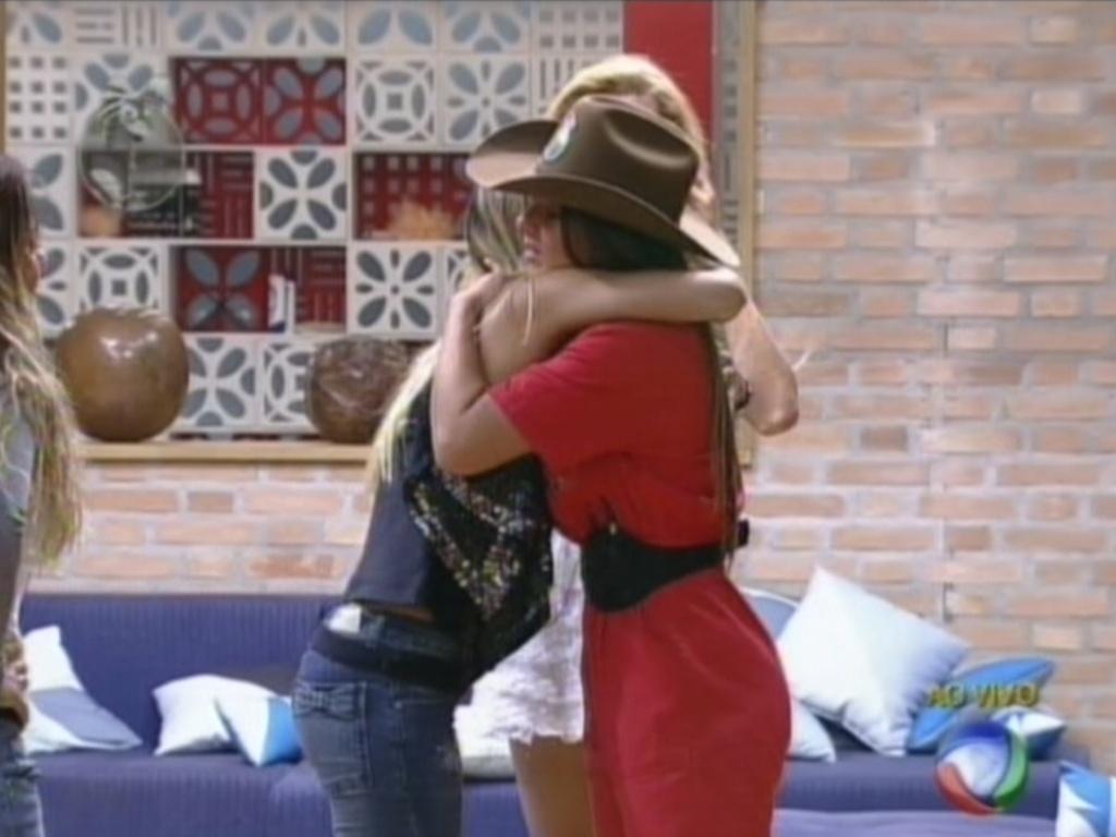 Nicole Bahls abraça Robertha Portella ao votlar para a sede como fazendeira da semana (16/8/12)