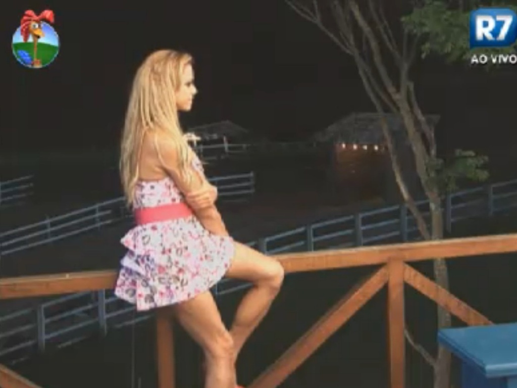 Pensativa, Léo Áquilla olha para o horizonte da varanda de