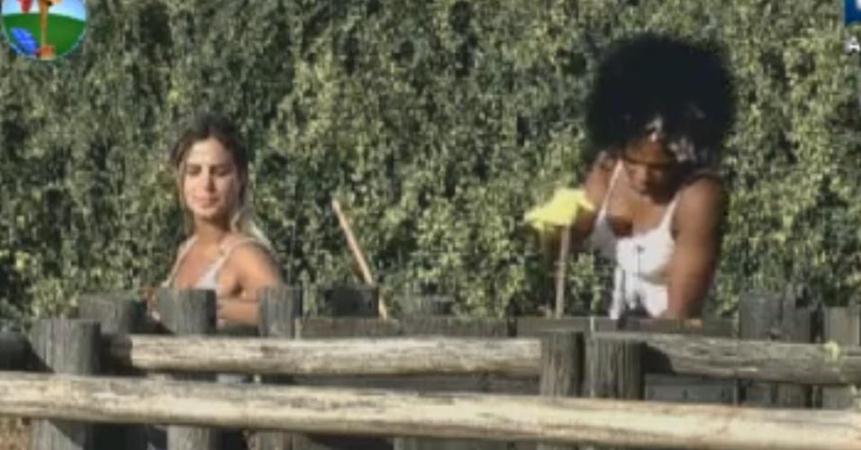 Robertha Portella conversa com Simone Sampaio enquanto cuidam dos animais (16/8/12)