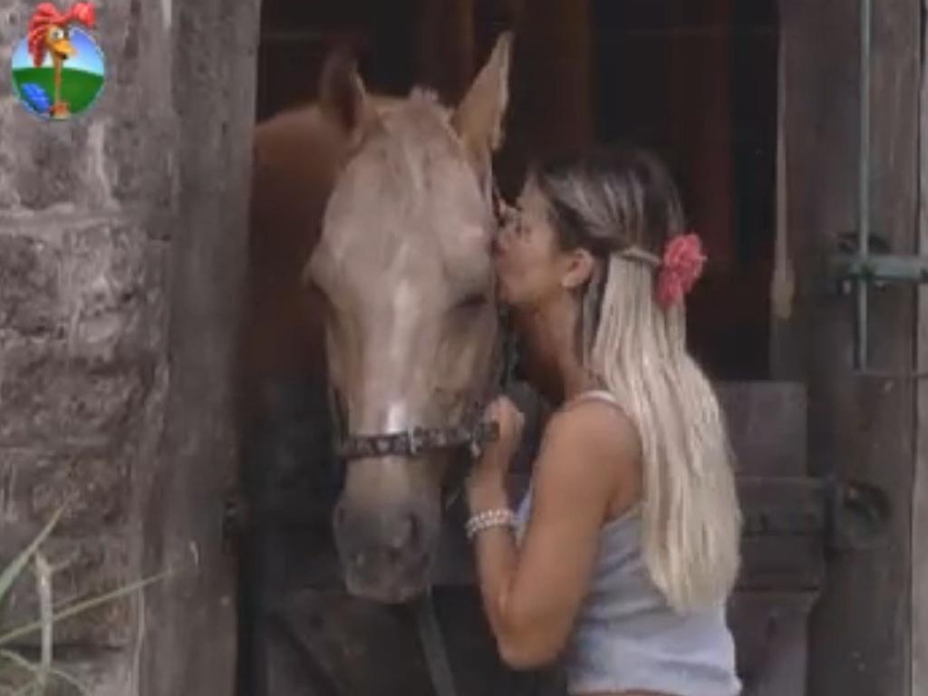 Robertha Portella dá beijo em cavalo (16/8/12)