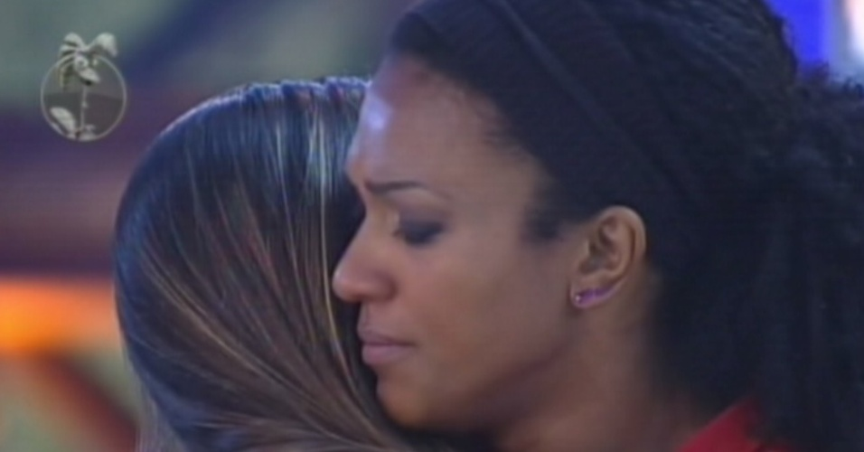 Simone Sampaio abraça Nicole Bahls após ex-panicat vencer prova do fazendeiro (16/8/12)