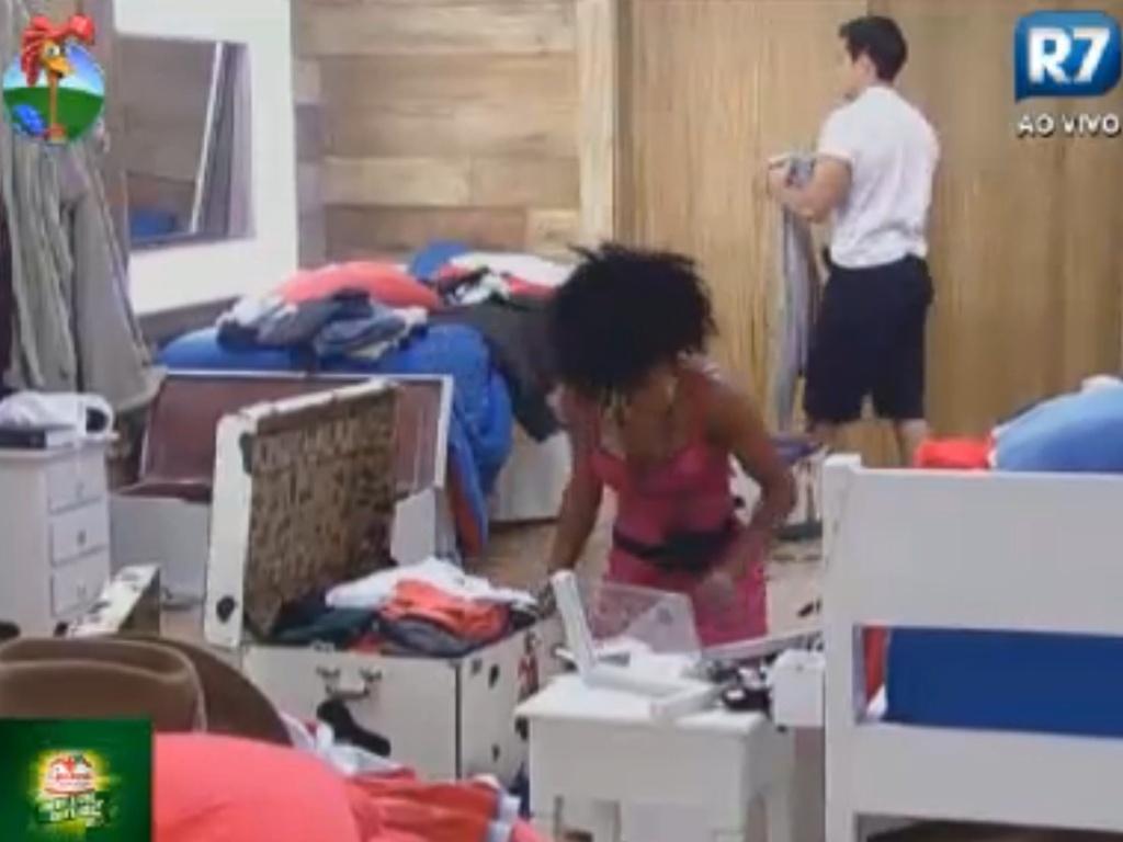 Simone Sampaio começa a arrumar as malas antes da programa de eliminação desta quinta-feira (16/8/12)