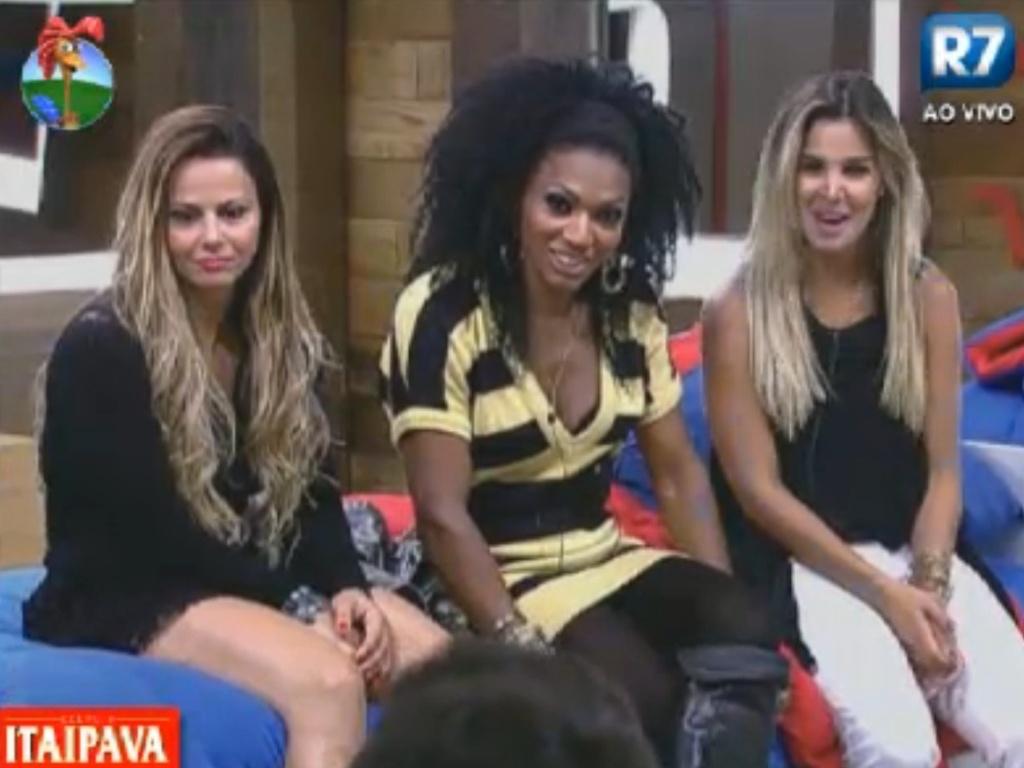 Viviane Araújo, Simone Sampaio e Robertha Portella conversam no quarto (16/8/12)