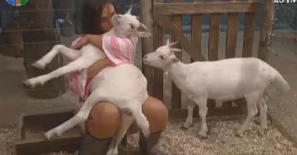 Nicole Bahls abraça e beija a cabra Maria Elisa (17/8/12)