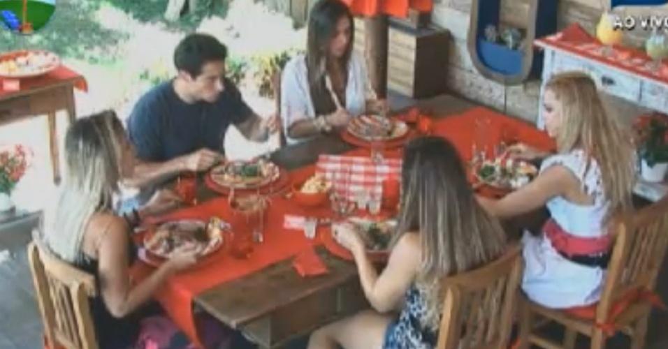 Nicole Bahls, Felipe Folgosi, Robertha Portella, Viviane Araújo e Léo Áquilla comem feijoada na varanda (17/8/12)
