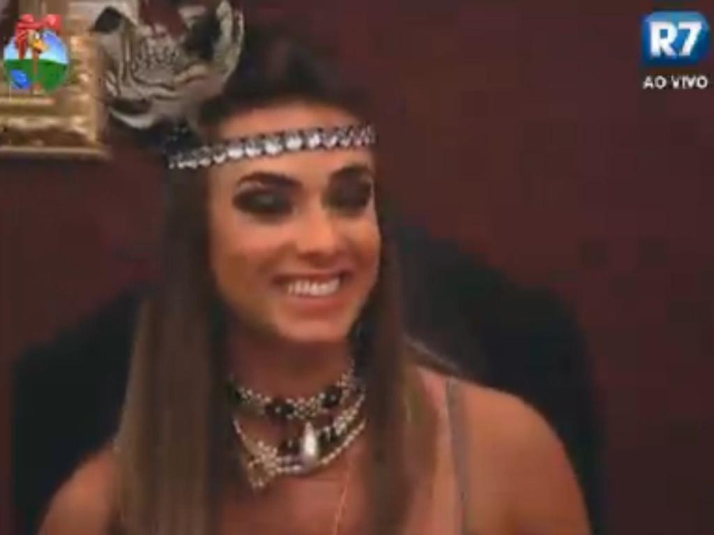 Nicole Bahls sorri durante a festa Anos 20 de