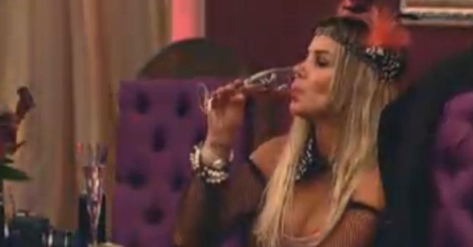 Robertha Portella bebe um drinque durante a festa Anos 20 desta sexta-feria (17/8/12)