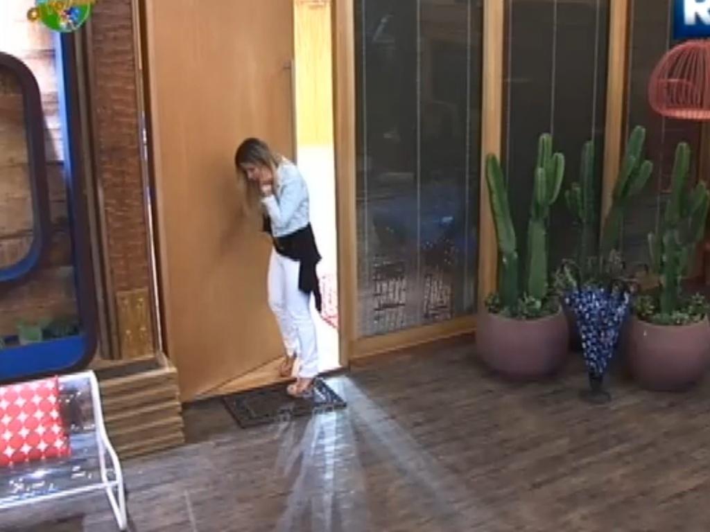 Robertha Portella enxuga o rosto antes de voltar para a sede da fazenda (17/8/12)