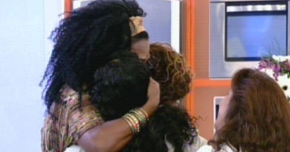 Simone Sampaio abraça a mãe e a filha no