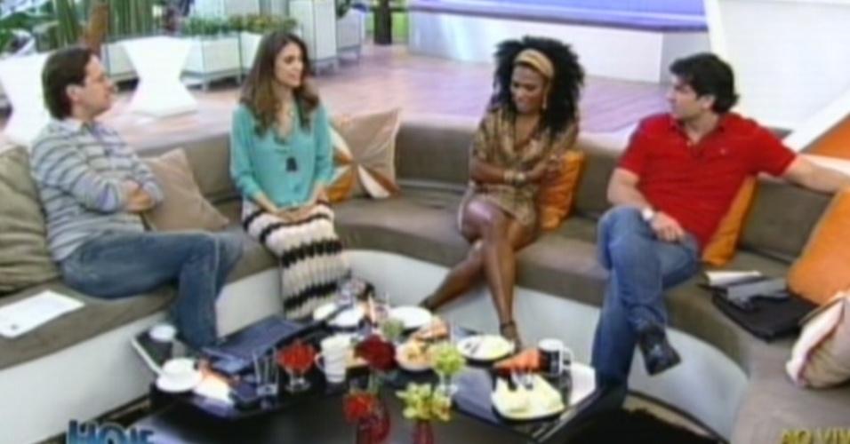 Simone Sampaio é entrevistada pelos apresentadores Celso Zucatelli, Chris Flores e Edu Guedes (17/8/12)