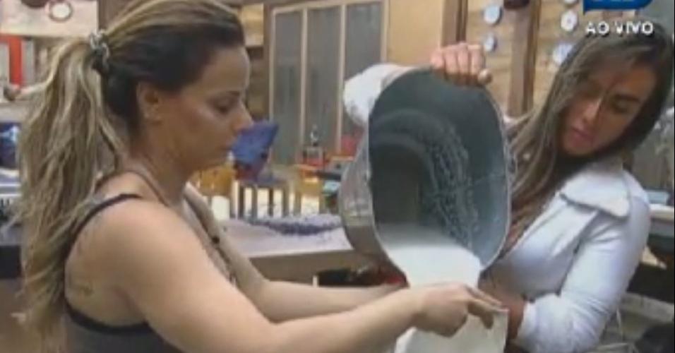 Viviane Araújo e Nicole Bahls se ajudam para ferver leite dos animais (17)