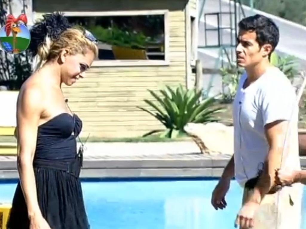 Felipe Fologosi faz cara de reprovação e não acredita que o passarinho seja de verdade (17/8/12)