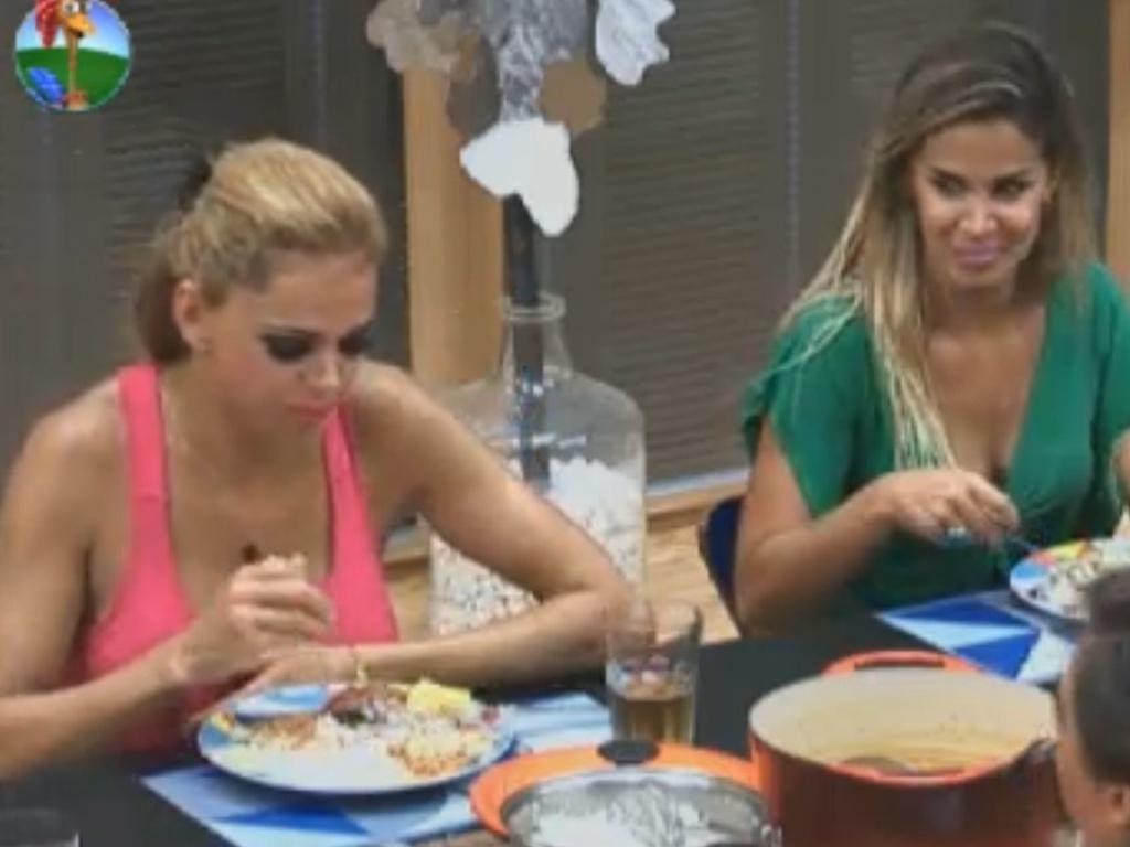 Robertha Portella relembra momentos da noite anterior durante o almoço (18/8/12)