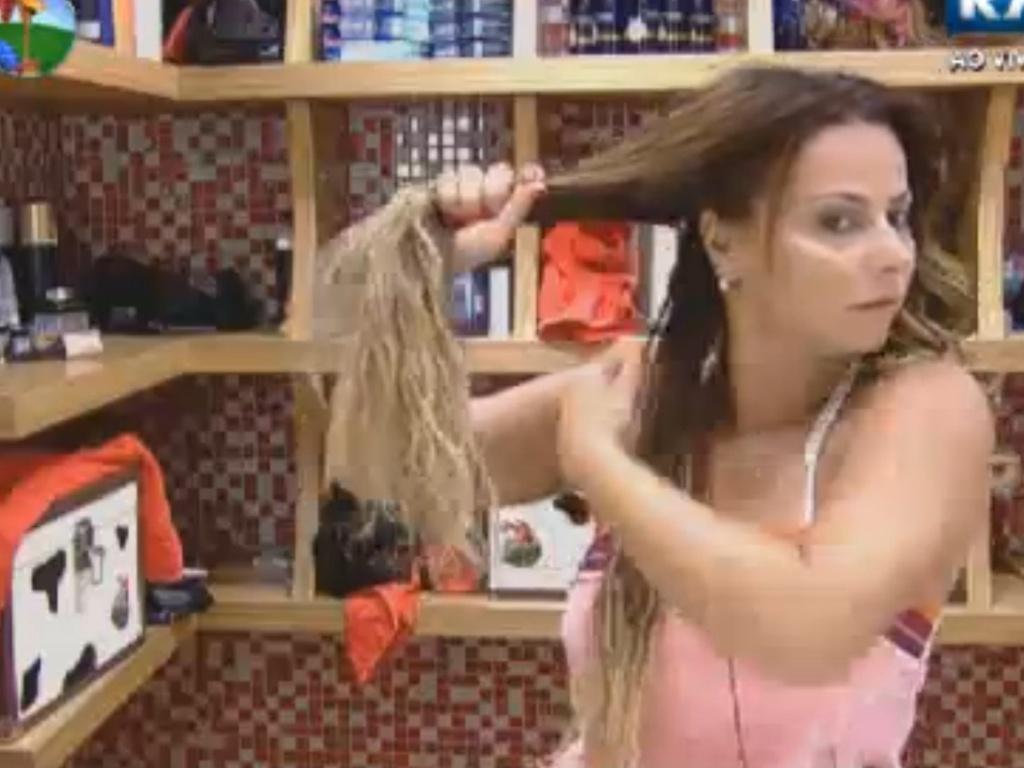 Viviane Araújo arruma os cabelos em frente ao espelho (18/8/12)