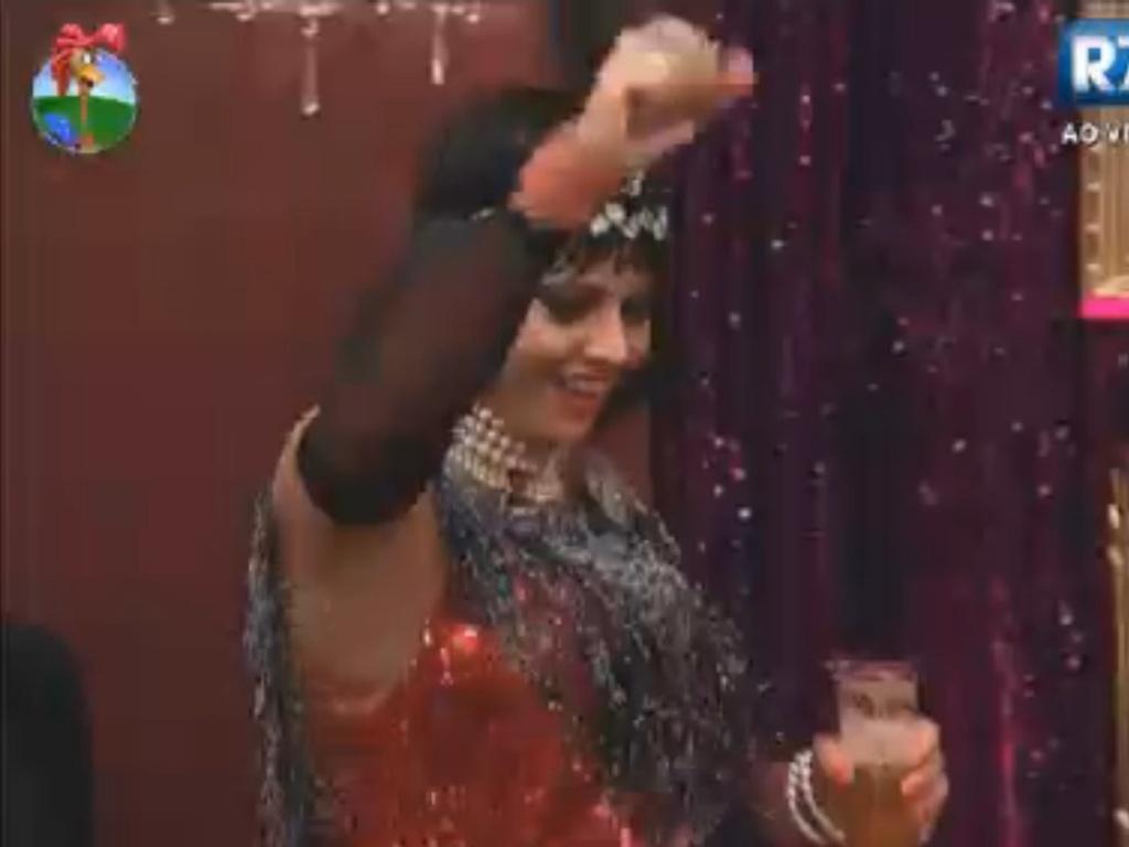 Viviane bebe cerveja antes de passar mal em festa de