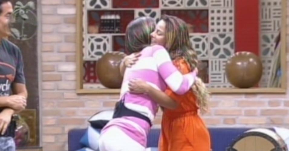Nicole Bahls (esq.) parabeniza Viviane Araújo (dir,) pela vitória na prova da chave (19/8/12)