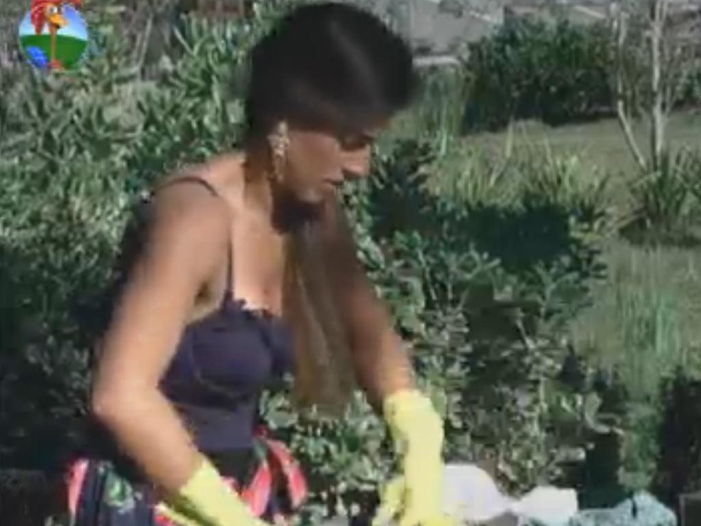 Nicole Bahls lava roupa no tanque na manhã deste domingo (19/8/12)