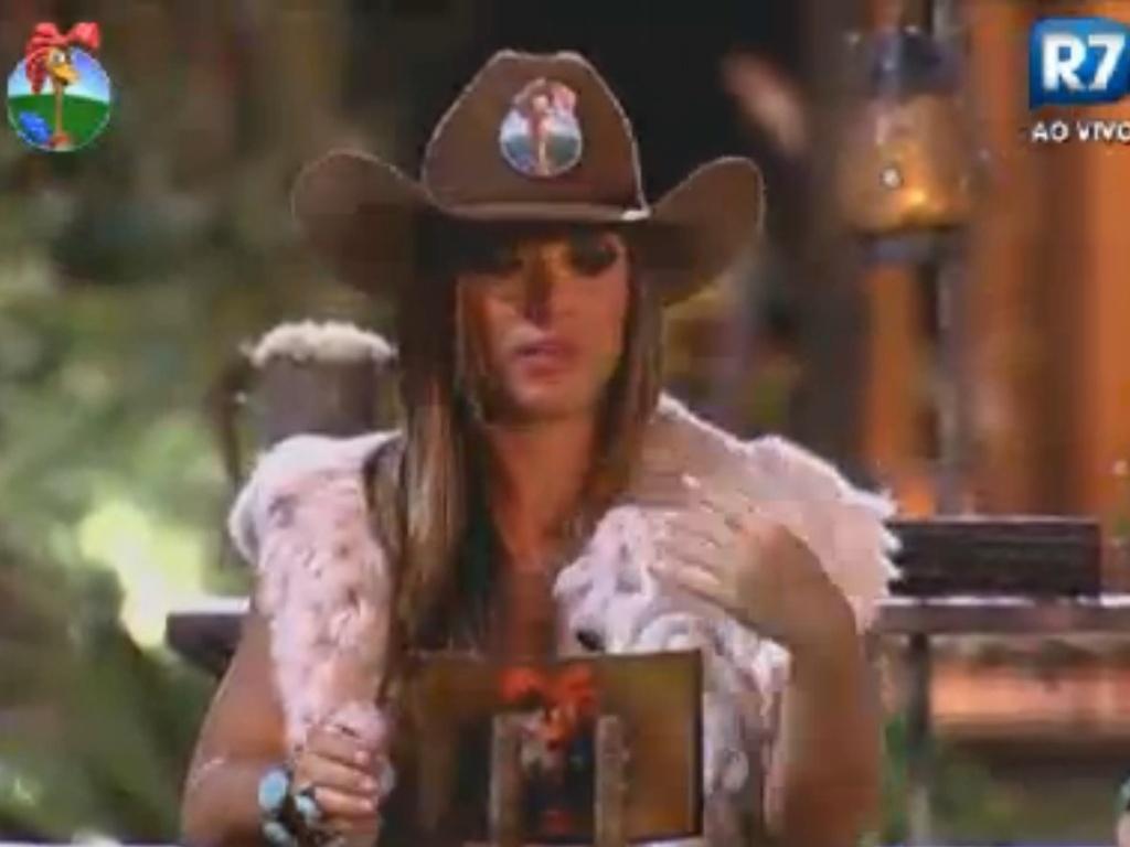 Nicole Bahls lê as instruções para o debate sobre quem deve ganhar o prêmio de R$ 2 milhões do reality (19/8/12)