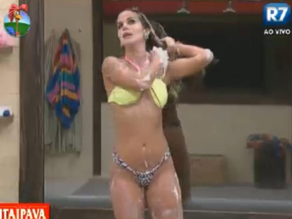 Robertha Portella toma banho depois de passar a tarde no ofurô (19/8/12)