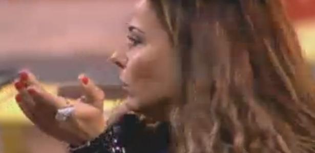 Viviane Araújo se irrita com Nicole Bahls e a chama de louca durante a atividade (19/8/12)