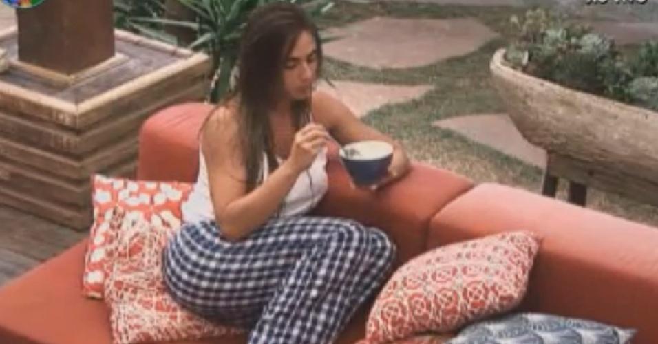 De pijamas, Nicole Bahls come mingau antes de ir domir (20/8/12)