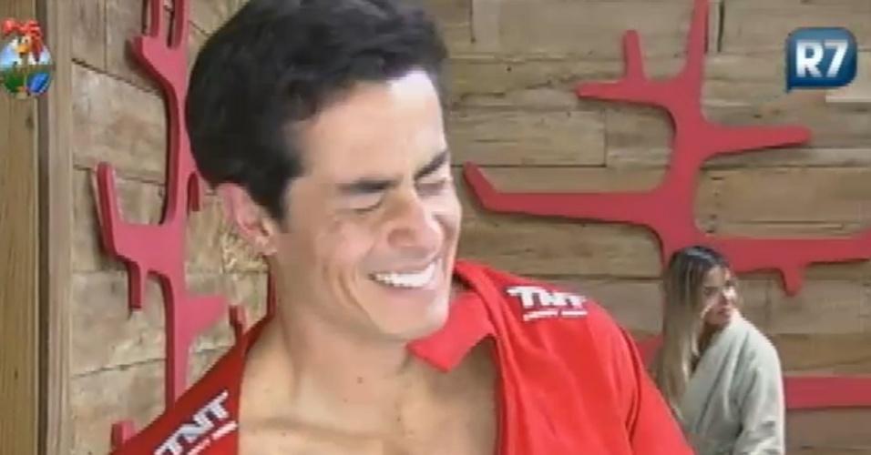 Felipe Folgosi fecha os olhos para disfarçar flagrante que deu em Nicole Bahls (20/8/12)