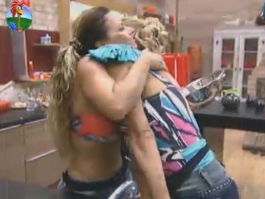 Léo Áquilla abraça Viviane Araújo e a parabeniza por vitória na prova da chave (20/8/12)