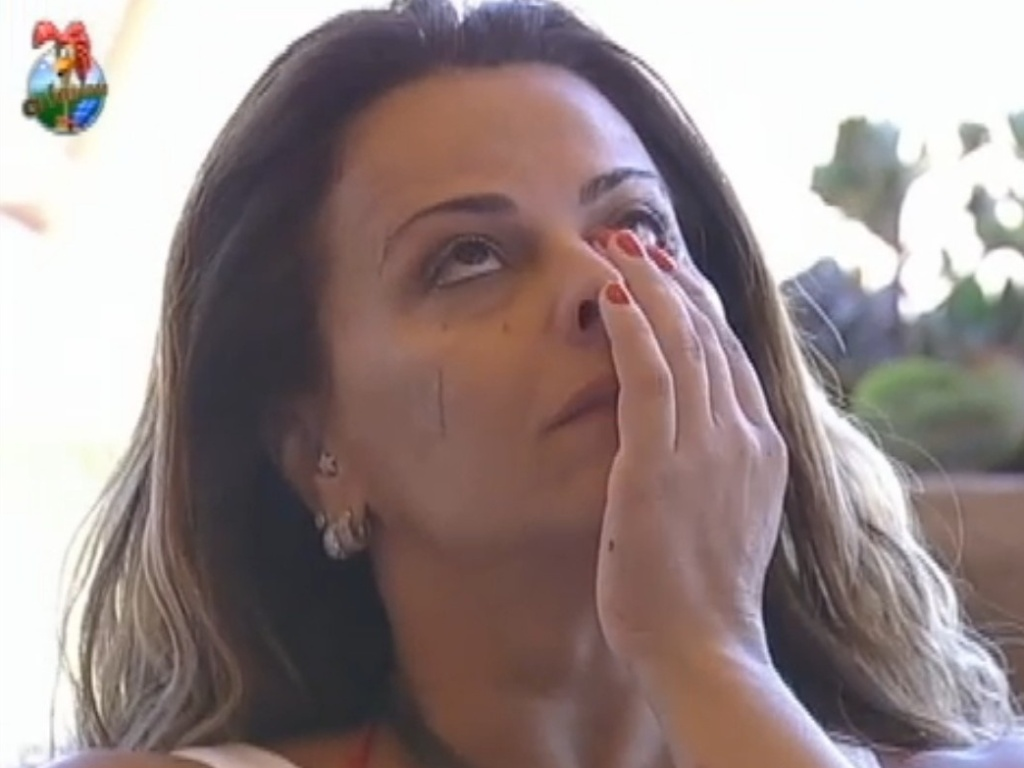 Viviane Araújo enxuga lágrimas do rosto (20/8/12)
