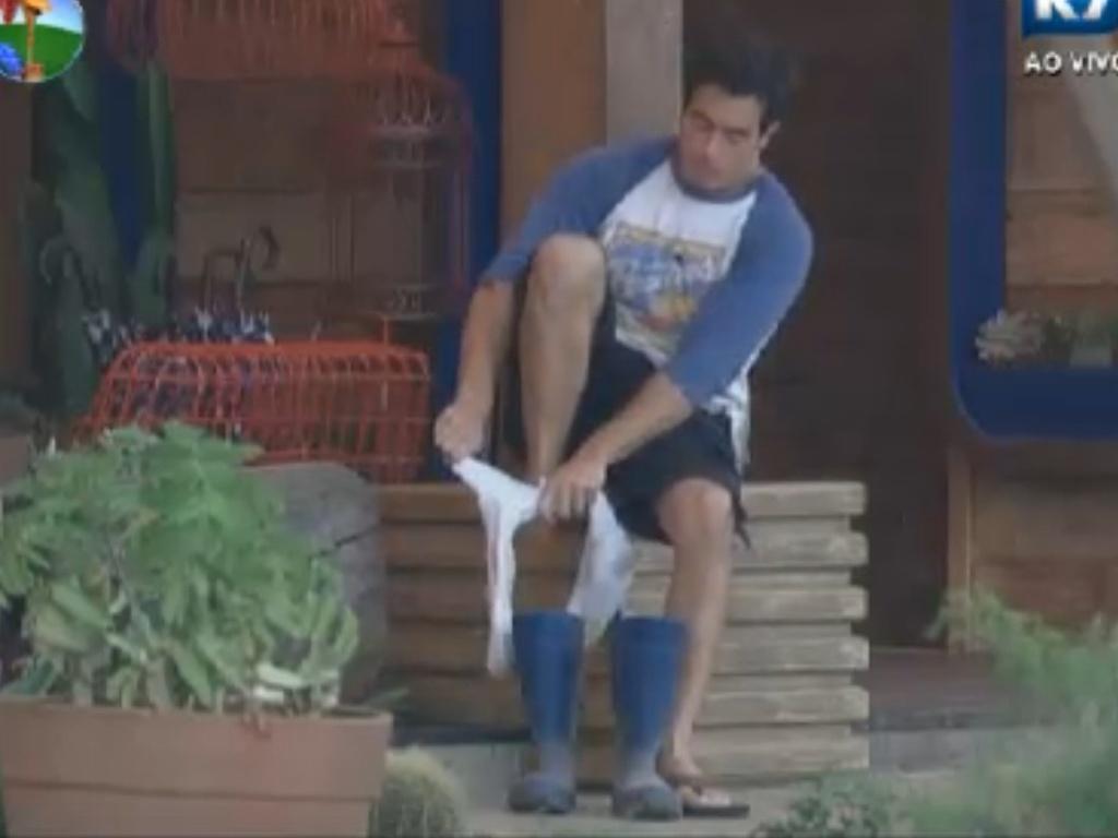 Felipe Folgosi se prepara para encarar mais um dia de tarefas em