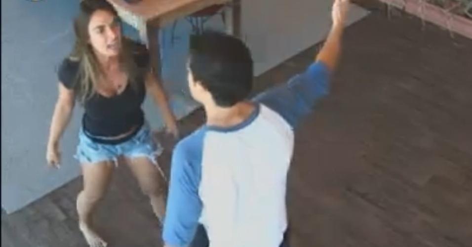 "Nicole Bahls discute com Felipe Folgosi e dispara: ""te acho mau-caráter"" (21/8/12)"