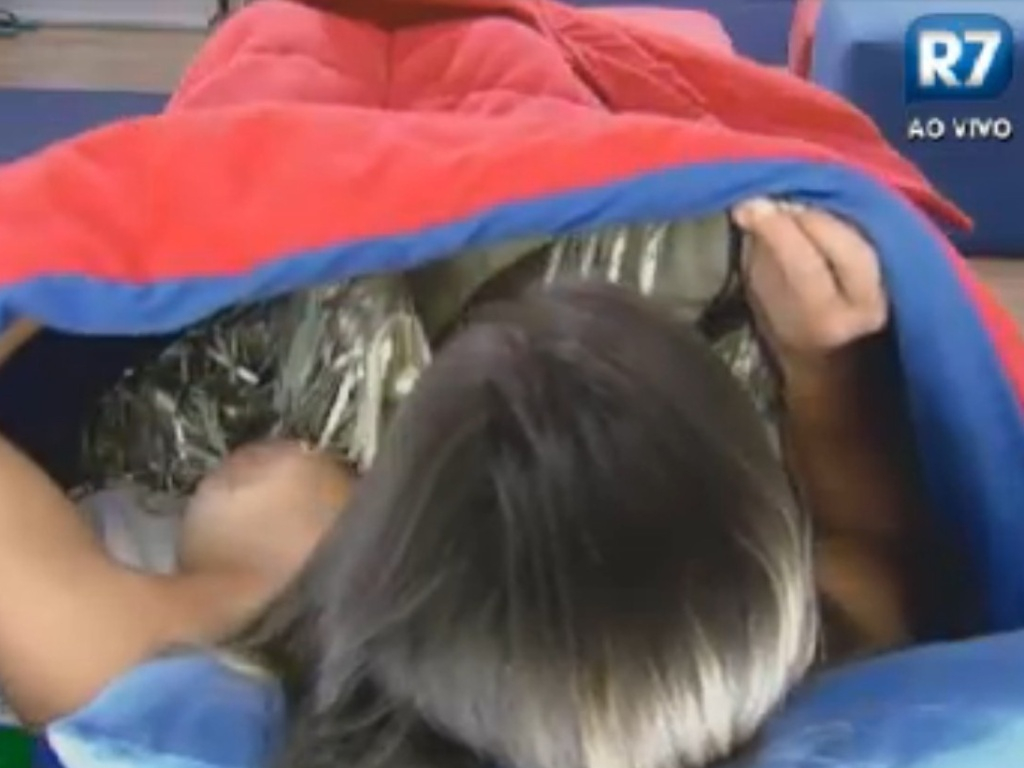 Nicole Bahls é flagrada por câmera posicionada atrás do espelho (21/8/12)