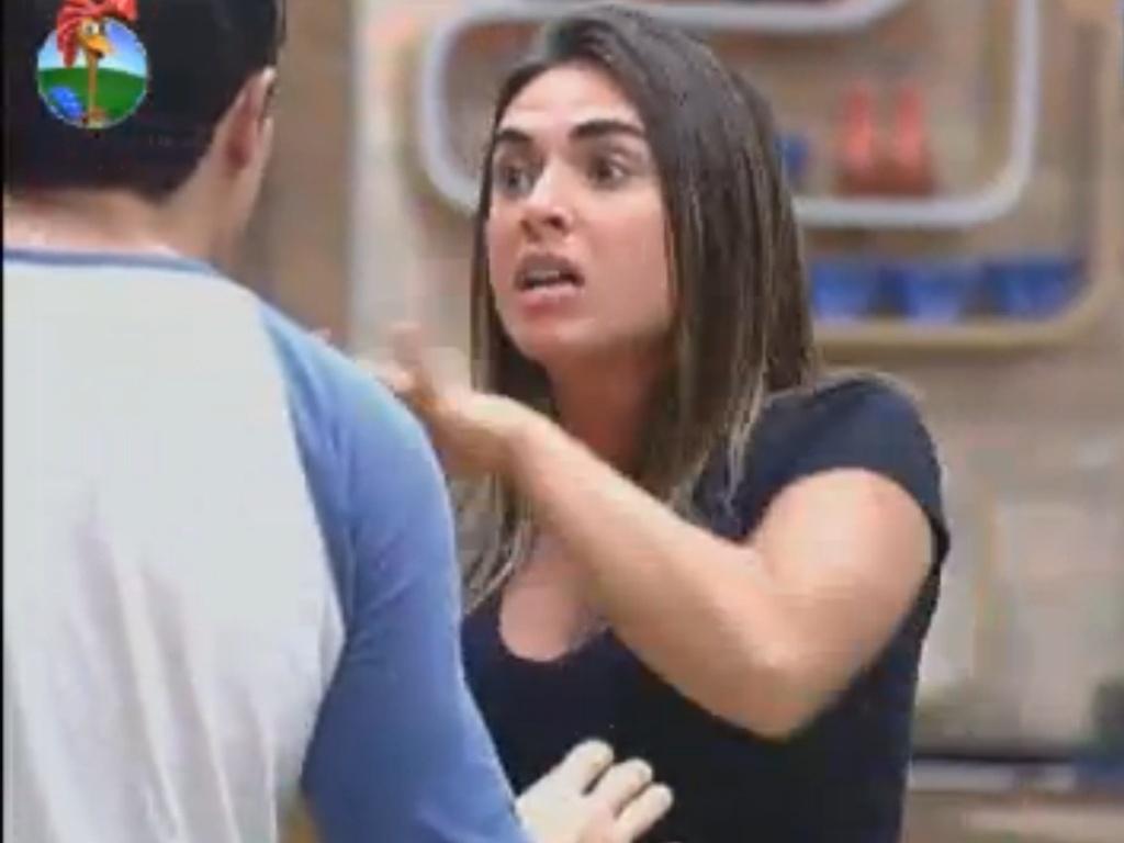 Nicole Bahls fica transtornada em discussão com Felipe Folgosi (21/8/12)