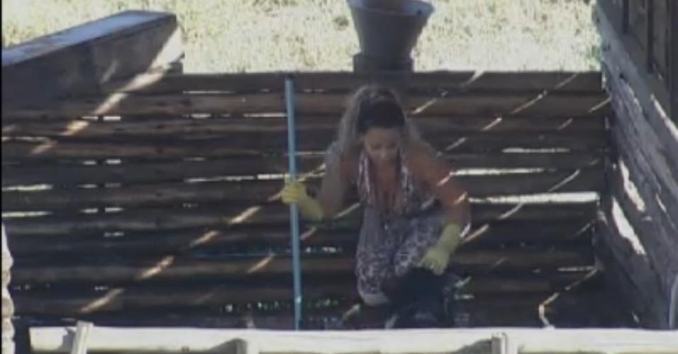 Viviane Araújo brinca com os porcos na manhã desta terça-feira (21/8/12)