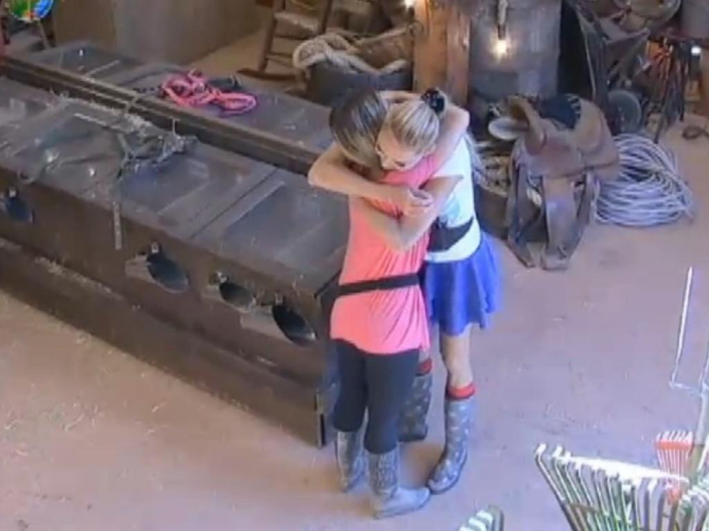 Léo Áquilla abraça Robertha após erro da dançarina (22/8/12)