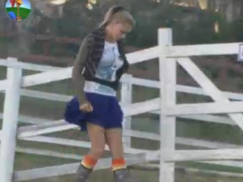 Léo Áquilla levanta para cuidar das tarefas com os animais (22/8/12)