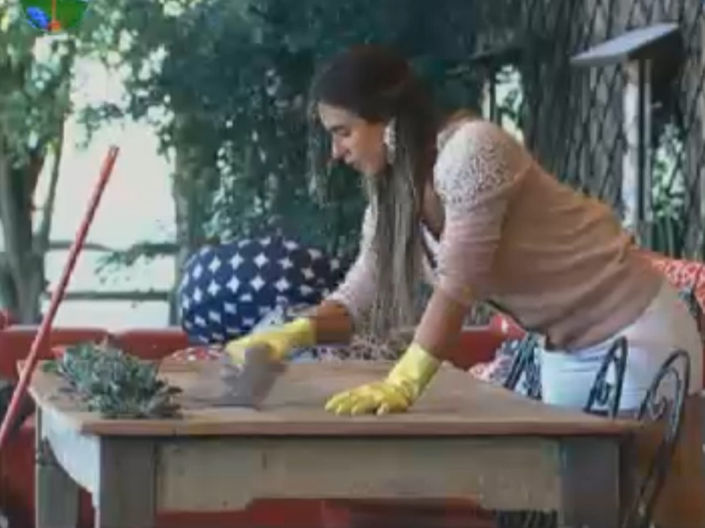 Nicole Bahls limpa a varanda da sede na manhã desta quarta-feira (22/8/12)