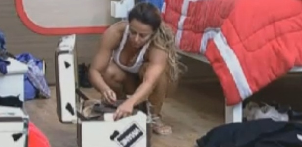 Viviane Araújo arruma as malas para ir para o celeiro (22/8/12)