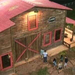 """A vista área do celeiro de """"A Fazenda 5"""" mostra os peões chegando no local na primeira semana do reality (06/12)"""